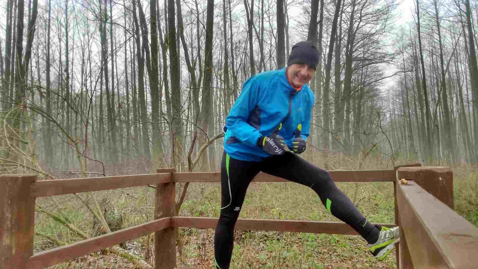 powrót do biegania po kontuzji, biegacz w lesie rozciąga się